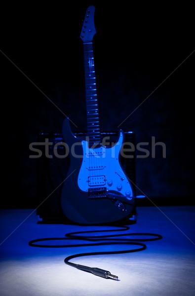 Foto d'archivio: Fuori · giocare · chitarra · elettrica · blu · plug