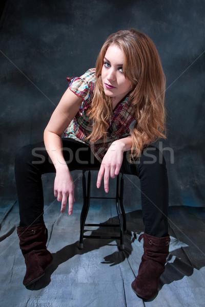 Seduta sgabello bella ragazza atteggiamento mano Foto d'archivio © phakimata