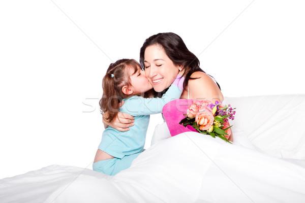 Enfant fleurs baiser maman lit cute Photo stock © phakimata