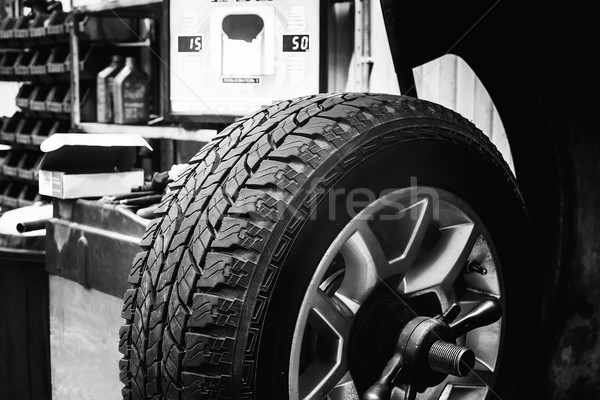 Kerék egyensúlyoz autógumi feketefehér kép dolgozik Stock fotó © Phantom1311
