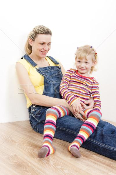 Little girl grávida mãe sessão piso mulheres Foto stock © phbcz