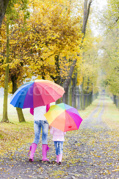 Mãe filha guarda-chuvas beco mulher Foto stock © phbcz