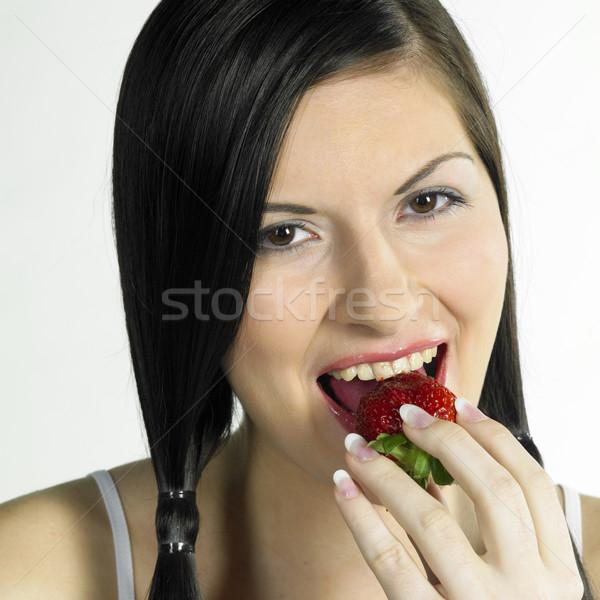Femme fraise santé fruits visages jeunes Photo stock © phbcz