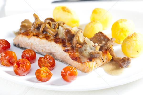 Grillowany łososia grzyby pomidorki tablicy warzyw Zdjęcia stock © phbcz