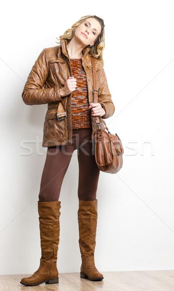 Stehen Frau tragen braun Kleidung Stiefel Stock foto © phbcz