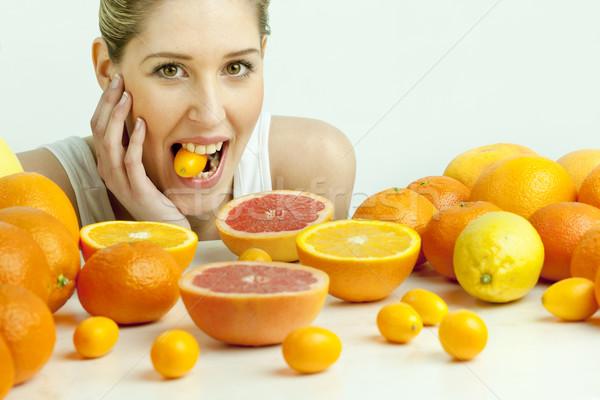 Retrato mulher jovem citrinos comida mulheres jovem Foto stock © phbcz