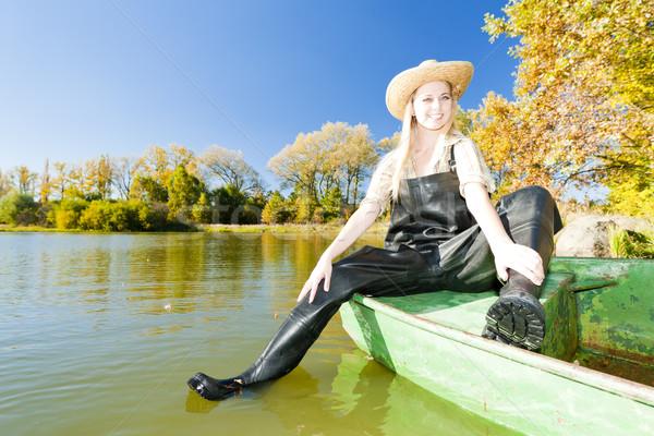Rybak kobieta posiedzenia łodzi kobiet jesienią Zdjęcia stock © phbcz