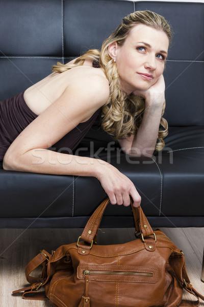 Portret vrouw handtas sofa persoon stijl Stockfoto © phbcz
