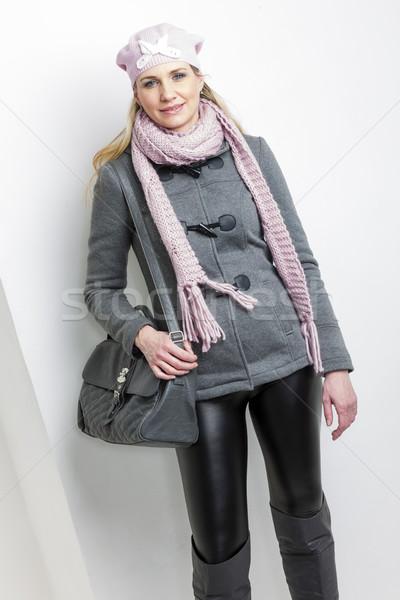 ストックフォト: 肖像 · 女性 · 着用 · 冬 · 服 · ハンドバッグ
