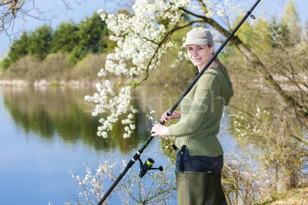 Mujer pesca estanque primavera mujeres retrato Foto stock © phbcz