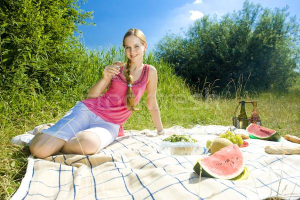 Nő piknik fű bor gyümölcs szemüveg Stock fotó © phbcz