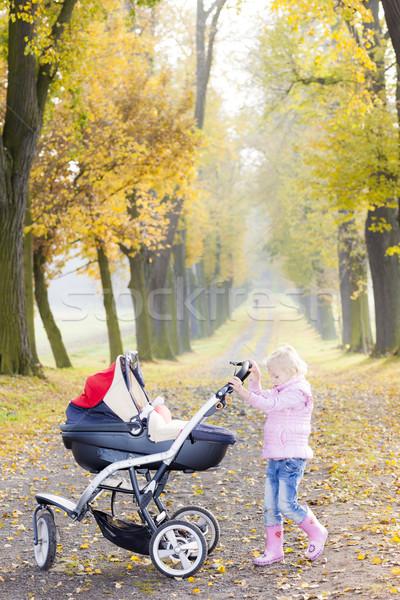 Meisje kinderwagen lopen steegje familie Stockfoto © phbcz