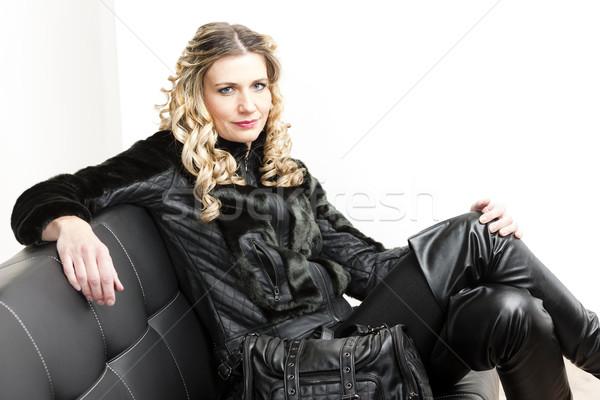 Retrato mujer sesión bolso sofá negro Foto stock © phbcz