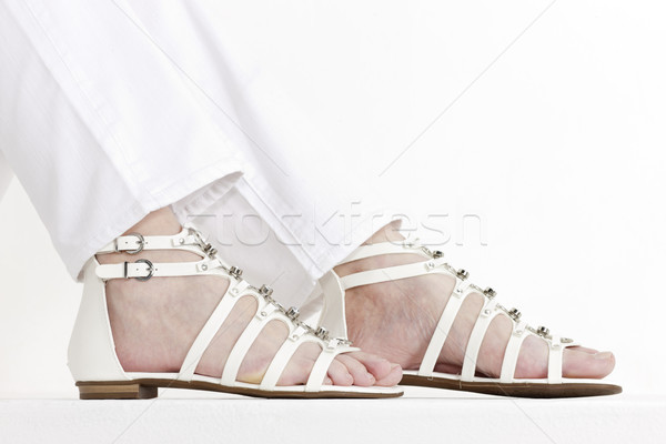Detail vergadering vrouw witte sandalen Stockfoto © phbcz