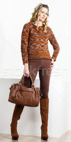 Permanent femme brun vêtements bottes Photo stock © phbcz
