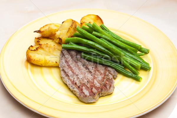 Befsztyk zielona fasola czosnku ziemniaki tablicy stek Zdjęcia stock © phbcz
