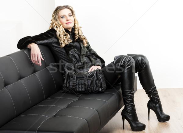 Kobieta modny czarny ubrania posiedzenia Zdjęcia stock © phbcz
