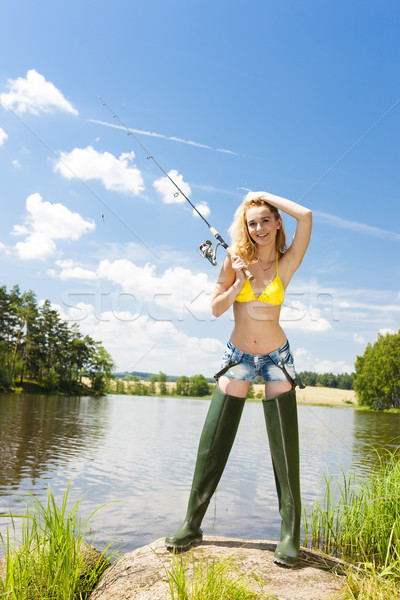 Jonge vrouw vissen vijver zomer vrouw bikini Stockfoto © phbcz