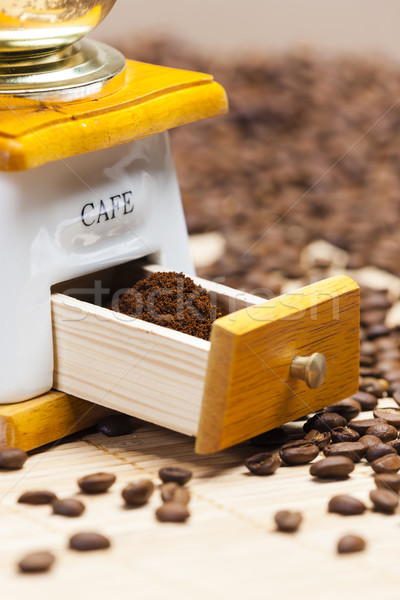 Dettaglio caffè mill chicchi di caffè terra Foto d'archivio © phbcz