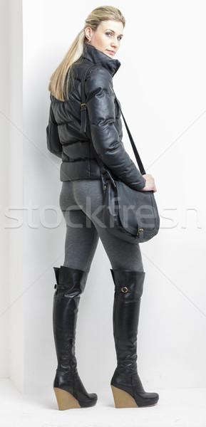 Femme plate-forme noir bottes sac à main Photo stock © phbcz