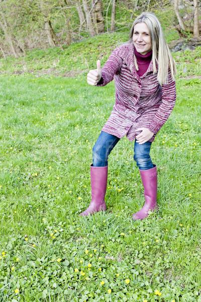 Donna indossare stivali di gomma primavera prato donne Foto d'archivio © phbcz
