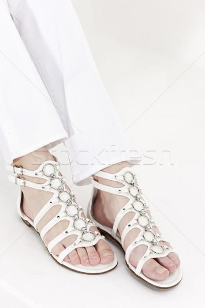 Szczegół posiedzenia kobieta biały sandały Zdjęcia stock © phbcz