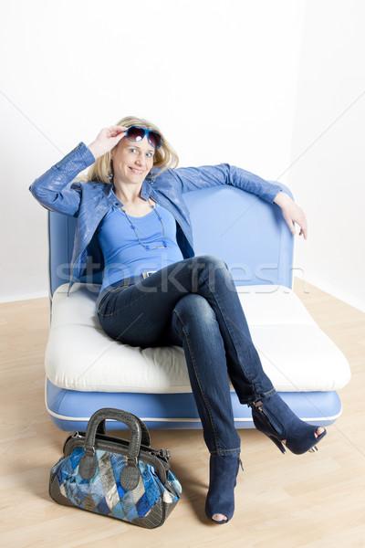 Nő visel kék ruházat kézitáska ül Stock fotó © phbcz