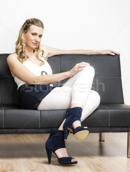 Vrouw zomerschoenen vergadering sofa Blauw Stockfoto © phbcz