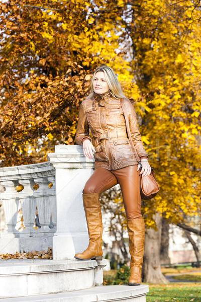 Mulher em pé parque Viena Áustria Foto stock © phbcz