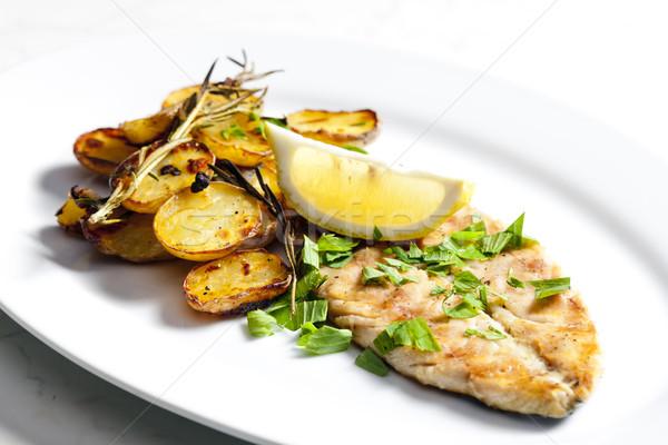 Grillezett makréla pörkölt krumpli hal tányér Stock fotó © phbcz