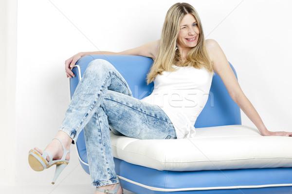 Vrouw vergadering sofa jeans zomerschoenen Stockfoto © phbcz