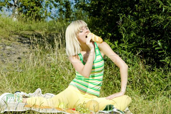 женщину багет пикника трава расслабиться молодые Сток-фото © phbcz