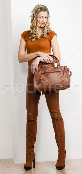 Em pé mulher elegante marrom roupa Foto stock © phbcz