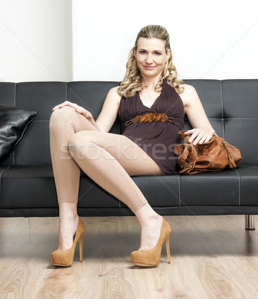 Nő visel kézitáska ül kanapé cipők Stock fotó © phbcz
