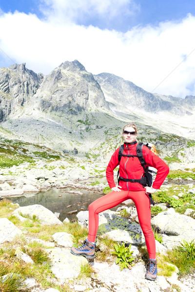 Nő hátizsákos turista öt magas sport tó Stock fotó © phbcz