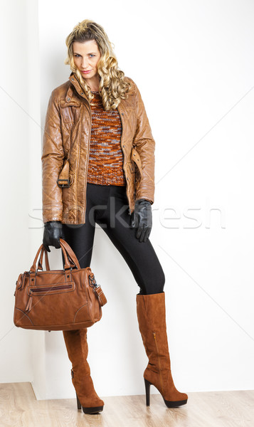 Em pé mulher elegante marrom botas Foto stock © phbcz