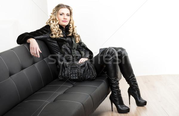 Femme mode noir vêtements séance Photo stock © phbcz
