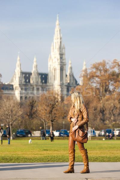 Mulher cidade ouvir Viena Áustria edifício Foto stock © phbcz