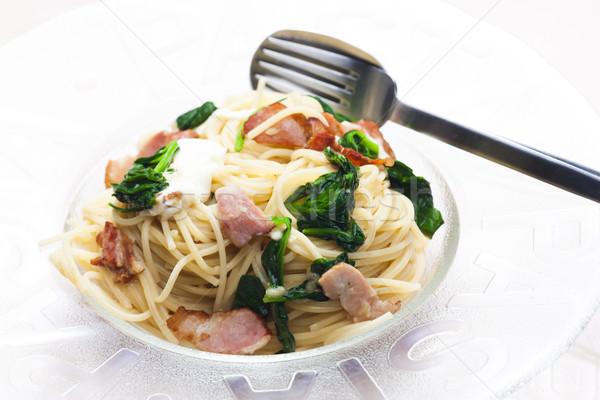 Espaguetis espinacas tocino mozzarella placa cuchillo Foto stock © phbcz