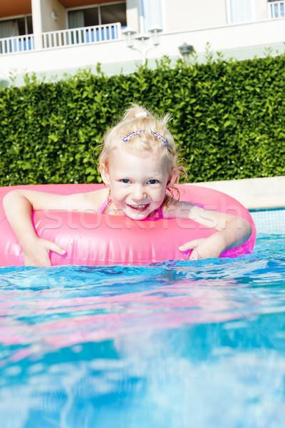 Kleines Mädchen Gummi Ring Schwimmbad Wasser Mädchen Stock foto © phbcz