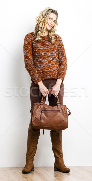 Foto stock: Em · pé · mulher · marrom · roupa · botas