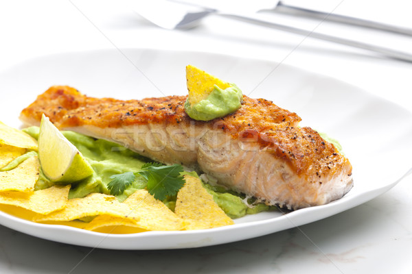 Gegrild zalm filet avocado saus nachos Stockfoto © phbcz