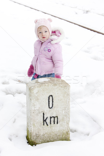Küçük kız ayakta işaretleyici çocuklar çocuk kar Stok fotoğraf © phbcz