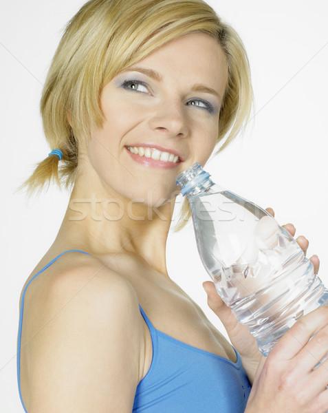Femme bouteille eau jeunes seuls jeunes Photo stock © phbcz