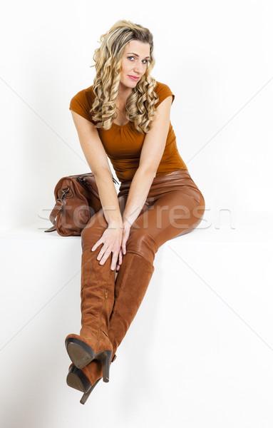сидят женщину коричневый одежды сапогах Сток-фото © phbcz