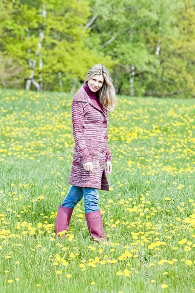 Vrouw permanente voorjaar weide Stockfoto © phbcz