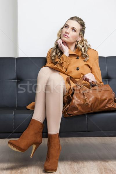 女性 着用 ブラウン コート ハンドバッグ 座って ストックフォト © phbcz