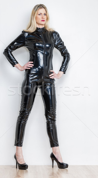 Permanente vrouw zwarte verkwistend kleding Stockfoto © phbcz
