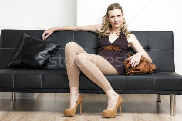 Vrouw handtas vergadering sofa schoenen Stockfoto © phbcz