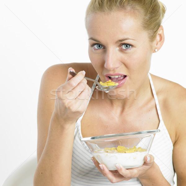 Vrouw eten cornflakes gezondheid jonge ontbijt Stockfoto © phbcz